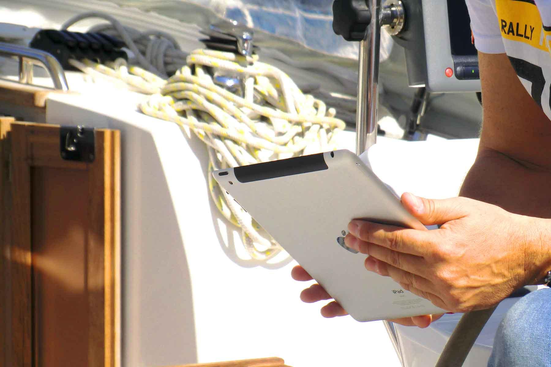 Benutzung eines Tablets auf dem Segelboot