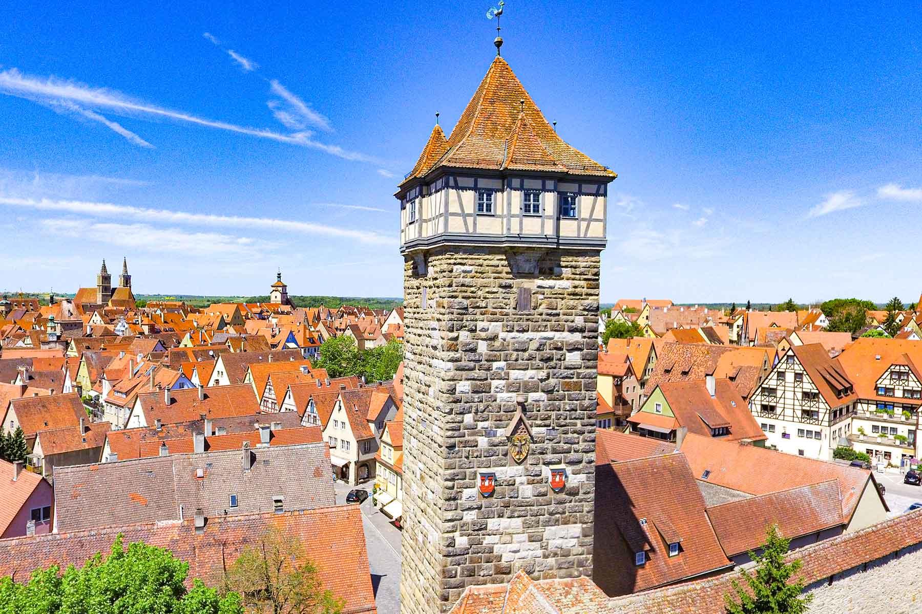 Luftaufnahme von Rothenburg o. d. Tauber mit Stadtmauerturm